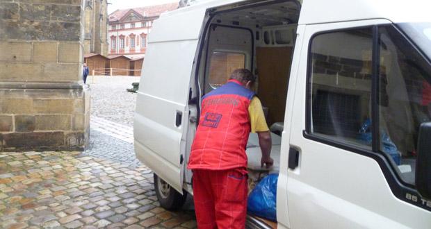 Stěhování obrazů v areálu Pražského hradu